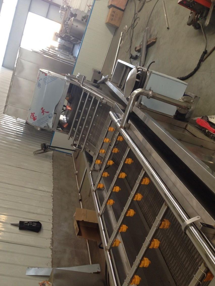 800型网带式果蔬清洗机 本机采用优质SUS304不锈钢制作,符合国家食品出口标准。本机通过高压气泡水浴清洗分离杂质,全程网带输送,具有清洗力度大,清洁率高等优点,物料经网速输送到高压水流进行二次清洗,zui后传送到下道工序。 适用范围:适用于根茎类、浆果类等较大较重物料的清洗,如芥菜。榨菜、萝卜、鱼肉等食品原料的清洗。 技术参数: 型号:HY-600 外型尺寸:6000*1000*1100 电源:380v50hz 功率:3.